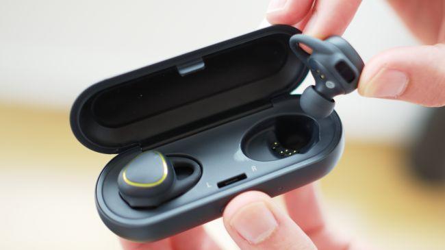 Samsung Gear Icon X одновременно и зарядный бокс
