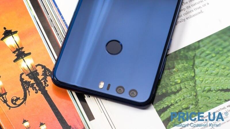 Huawei Honor 8 удобло лежит в руке, но в перчатках мы бы его использовать не советовали - скользит