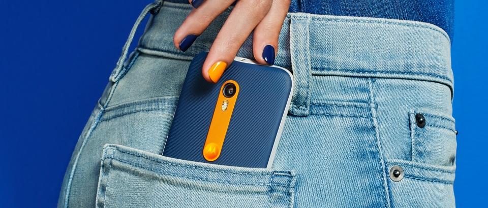 Moto G можно было полностью кастомизировать дизайн смартфона с Moto Design — например, выбрать фактурную цветастую крышку вместо стандартной белой.