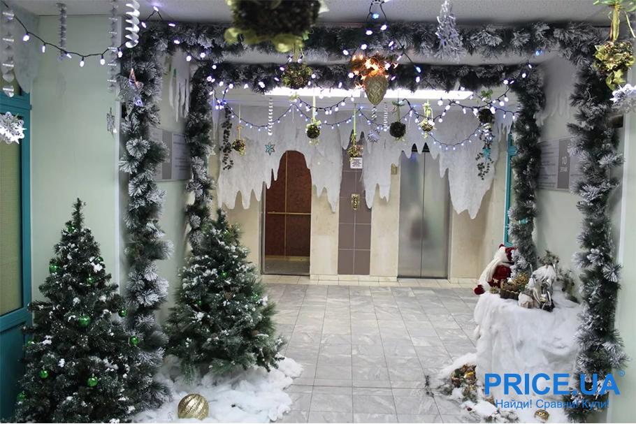 Идеи декора  офиса к новогодним празникам. Гирлянды в проходах