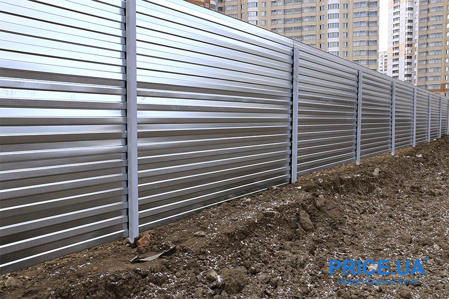 Как сделать самому забор на даче? Забор из профнастила